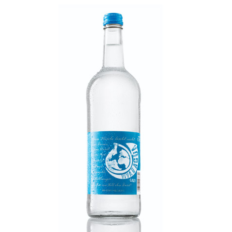 https://assets.kitchenguerilla.com/wp-content/uploads/sites/2/viva-con-agua-laut-liter-glasflasche.jpg